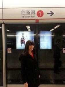 MTR ile şehir içerisinde kolayca gezebilirsiniz. (Arkamda da yine telefonuyla meşgul bir Hong Konglu çıkmış)