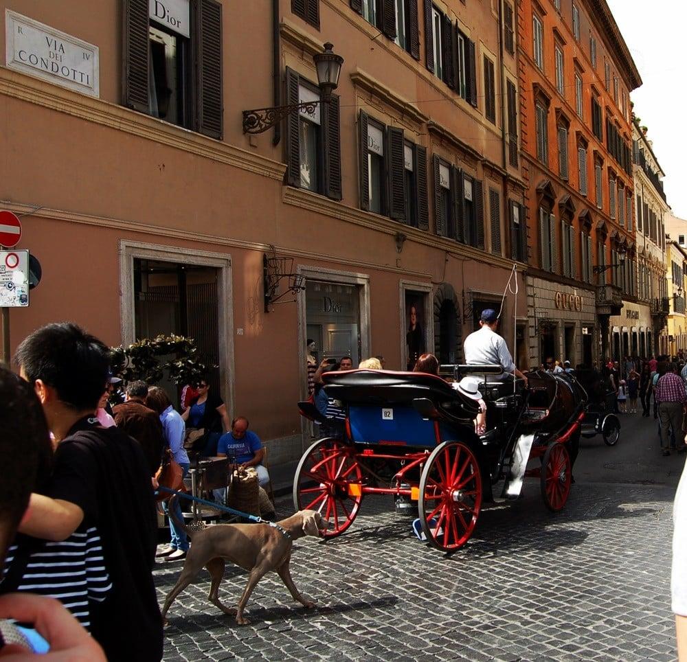 İspanyol Meydanı'yla kesişen Via Condotti; Dior, Gucci ve Bvlgari ile başlıyor.