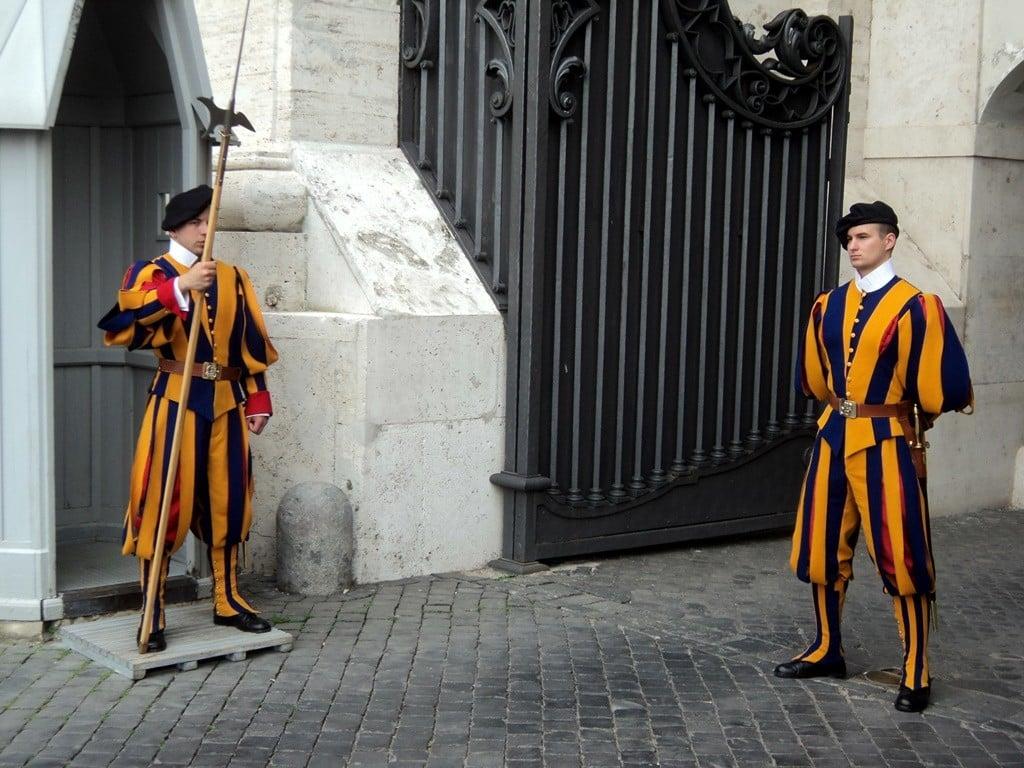 Vatikan'ı İsviçreli muhafizlar koruyor.