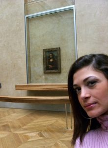 Louvre Müzesi'ndeki Mona Lisa'yla selfie anca bu kadar yakından olabiliyor.