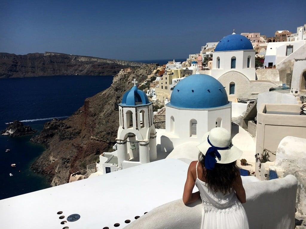 Santorini'de mavi-beyaz ile kaldera manzarasının birleşimi..