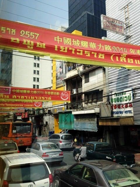 Bangkok'ta kara yolu trafiği oldukça yoğun.
