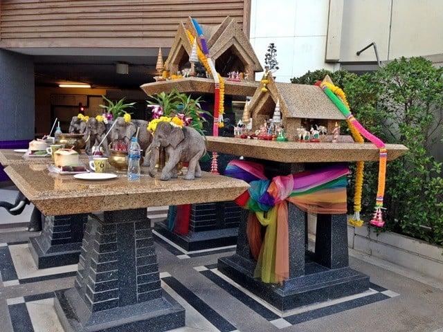 Kötü ruhları uzak tutmak için binaların girişine minyatür tapınaklar yapılıyor ve önlerine yemek bırakılıyor.