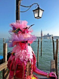 Arkamdaki kulenin olduğu yer San Giorgio Maggiore Adası..