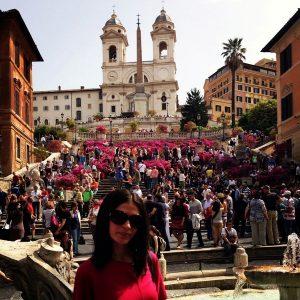 İspanyol Merdivenleri'ni tırmanarak Trinita dei Monti kilisesine çıkılıyor.