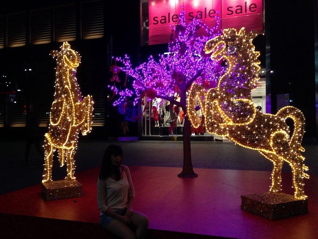 Işıl ışıl vitrinleriyle Orchard Road tam anlamıyla bir alışveriş cenneti