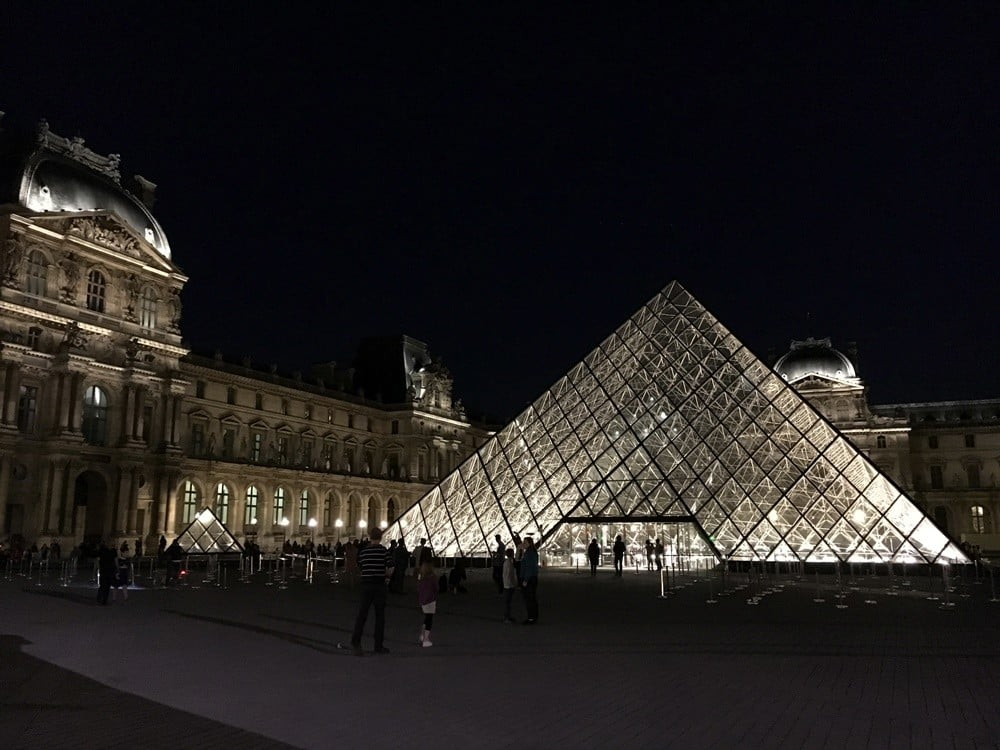 louvre müzesi piramit
