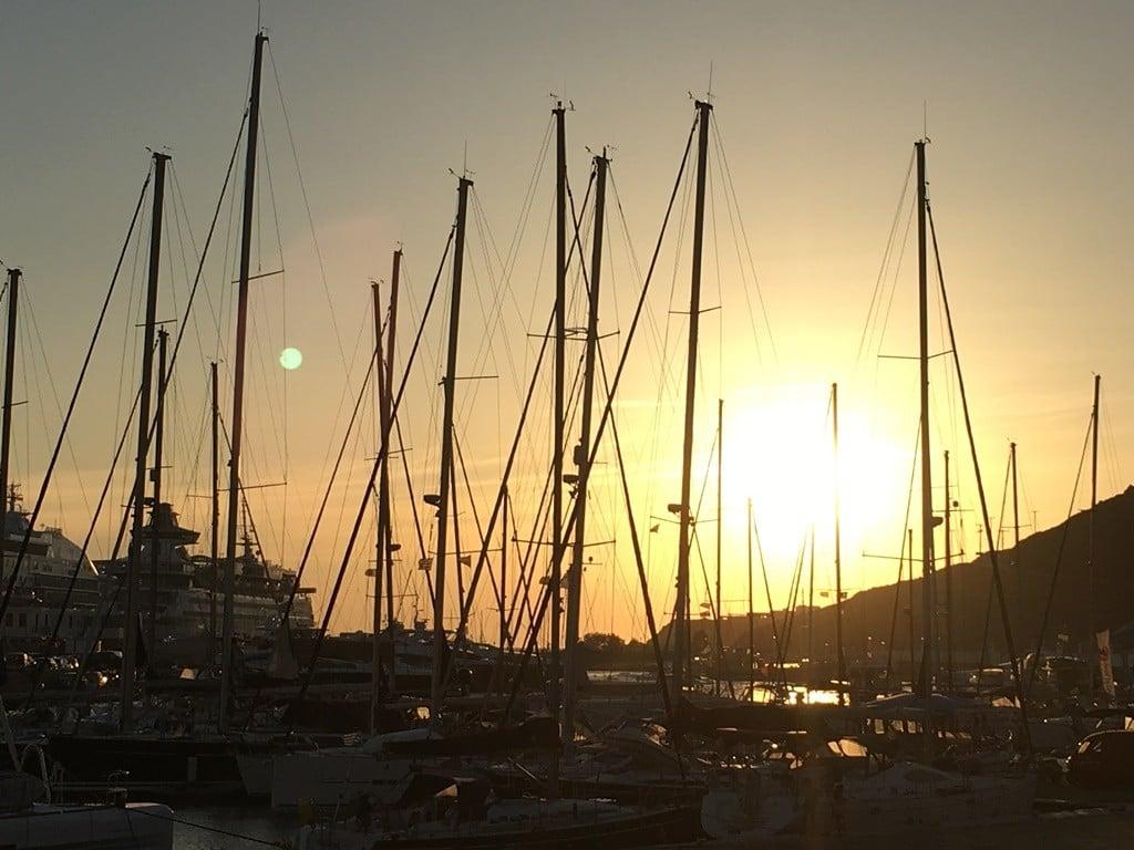 Mykonos limanına yakın plajlar genelde sessiz.