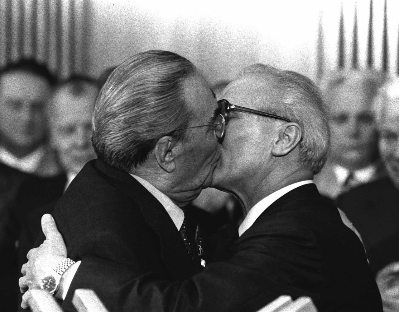 berlin duvarında öpüşen adamlar